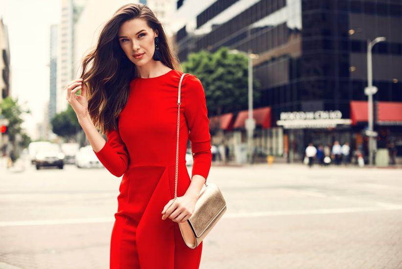 A pensar mujer con vestido rojo