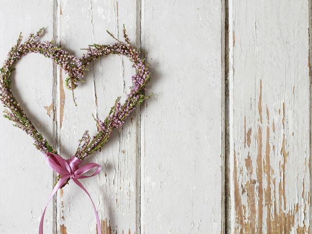DIY: elaboren de manera práctica una corona de flores en forma de corazón