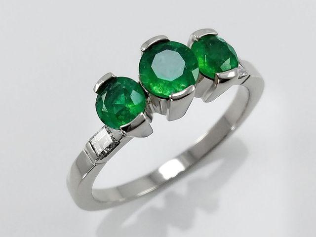 Anillos de compromiso con esmeralda, la piedra que más enamora