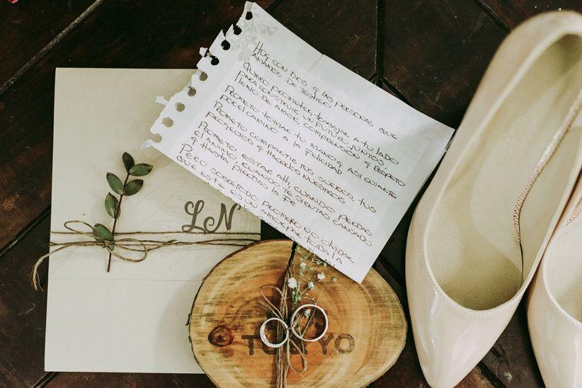 texto para boda civil junto a argollas de matrimonio y zapatos de novia