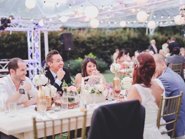 ¿Quiénes se sientan en la mesa con los novios?
