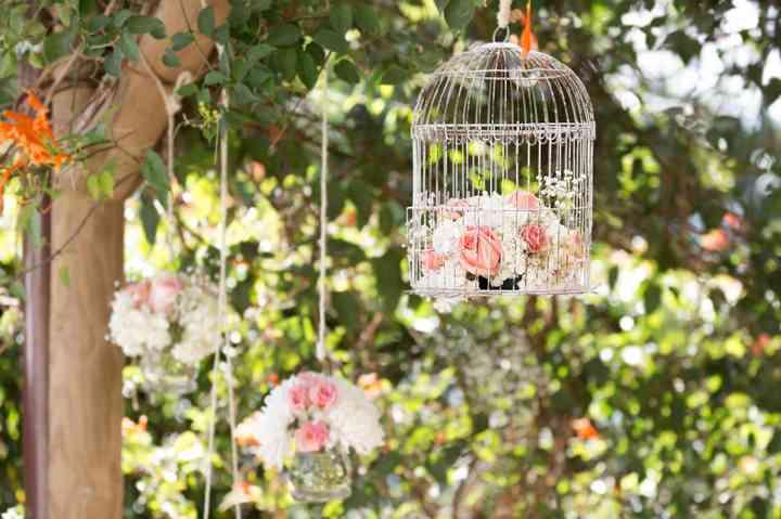 arreglos con flores en jaulas para decoración de boda