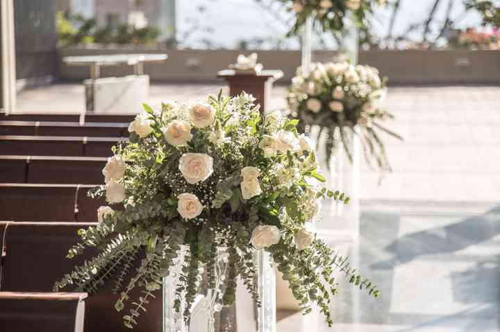 camino de la iglesia decorado con flores para boda