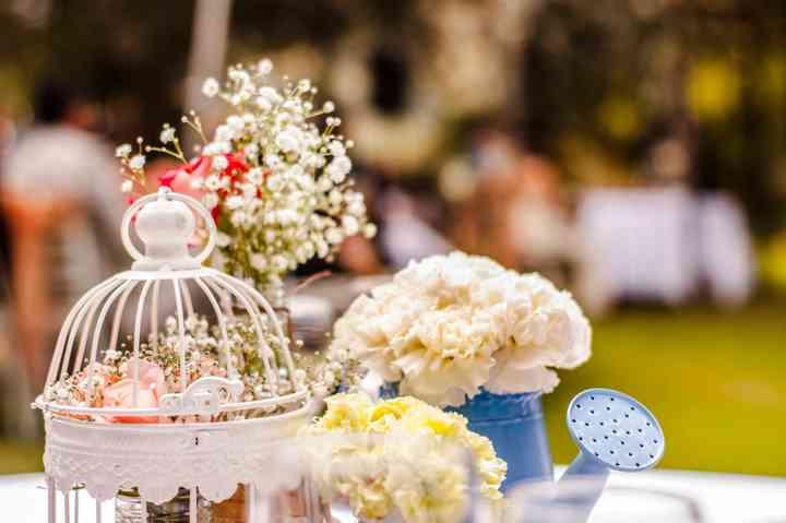 decoración de mesa para boda con jaula y flores