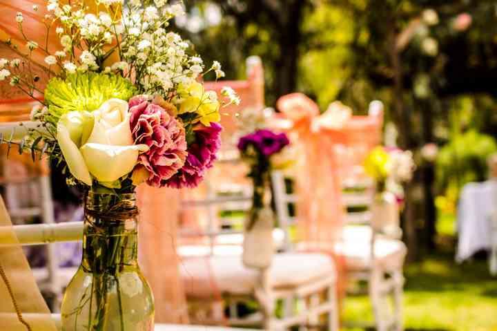 arreglos de flores para sillas de la ceremonia de boda