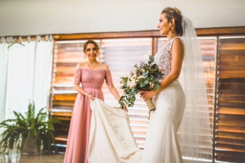 Novia con vestido acompañada de mamá en los preparativos de boda