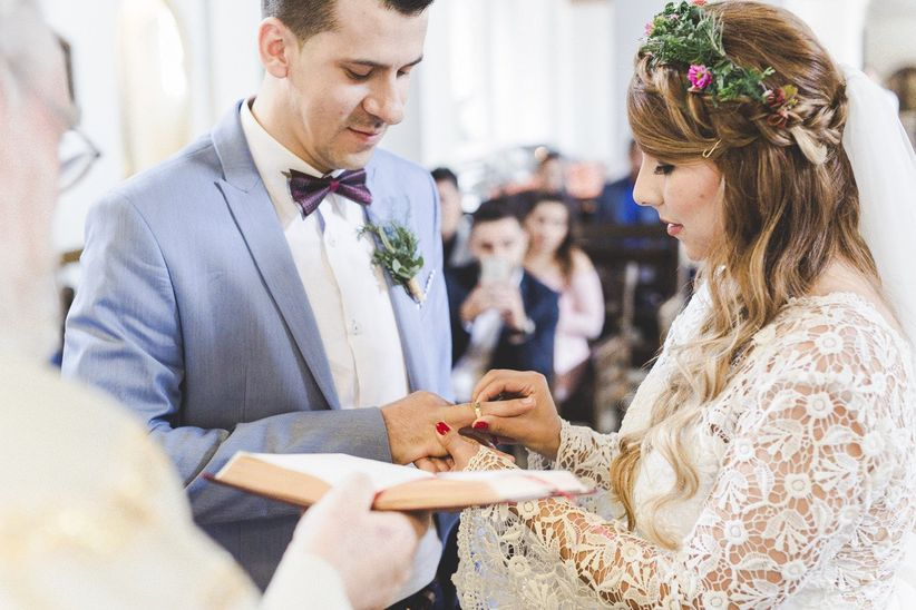 entrega de argollas de matrimonio en la ceremonia de iglesia