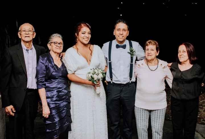 A la izquierda de la foto están mis abuelos (mi abuelita, de la que recibí noticias en salud) por ah