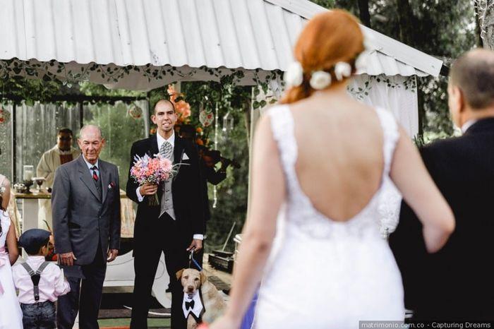 ¿Con quién debe entrar la novia al altar? 1