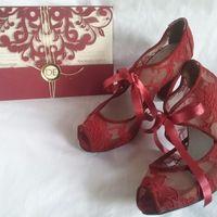Zapatos y tarjetas de invitación