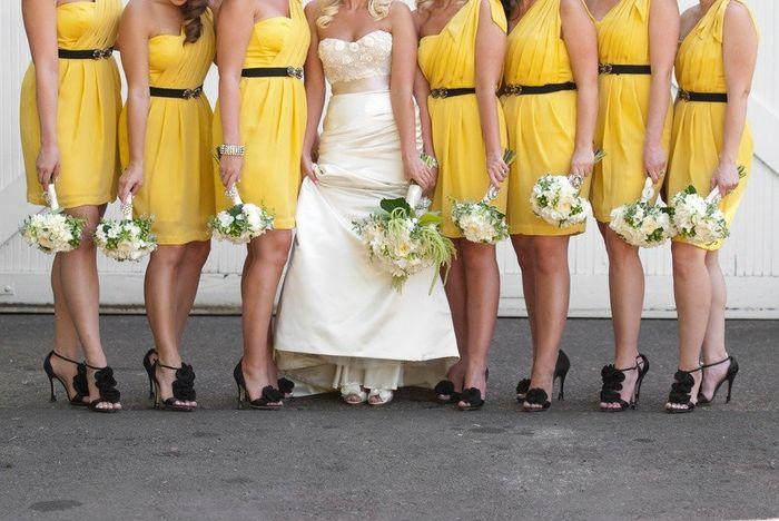 Damas de honor vestidos con amarillos