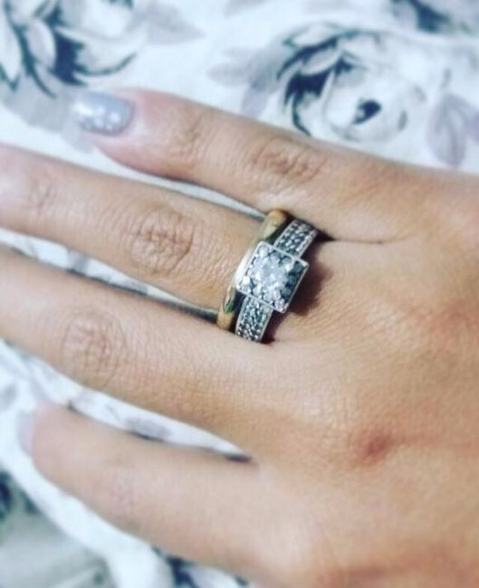 d1fc554a7487 En una mano tan pequeña el anillo era obvio... y así se dieron cuenta  muchos que estaba comprometida.