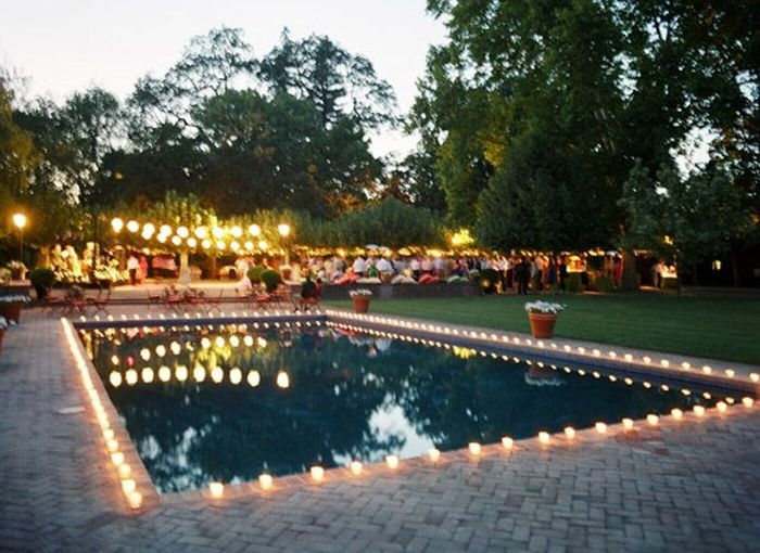 Decora con encanto la piscina del local de tu matrimonio Velas para piscinas
