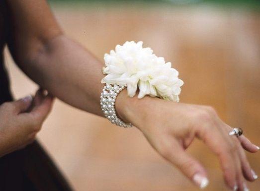 7c756eca1b 8 corsage o pulseras de flores para tus damas de honor 2