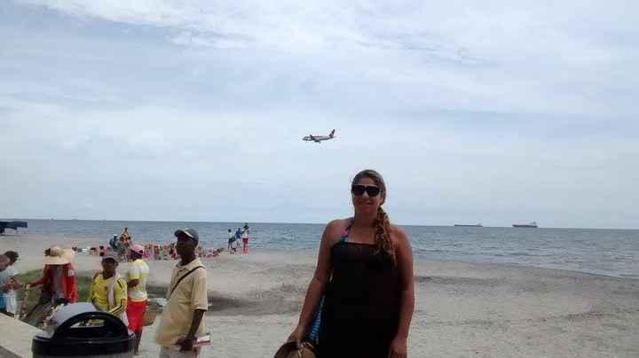 En la playa con Avión de fondo
