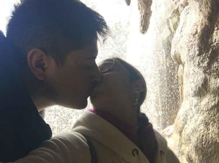 un beso bajo la cascada