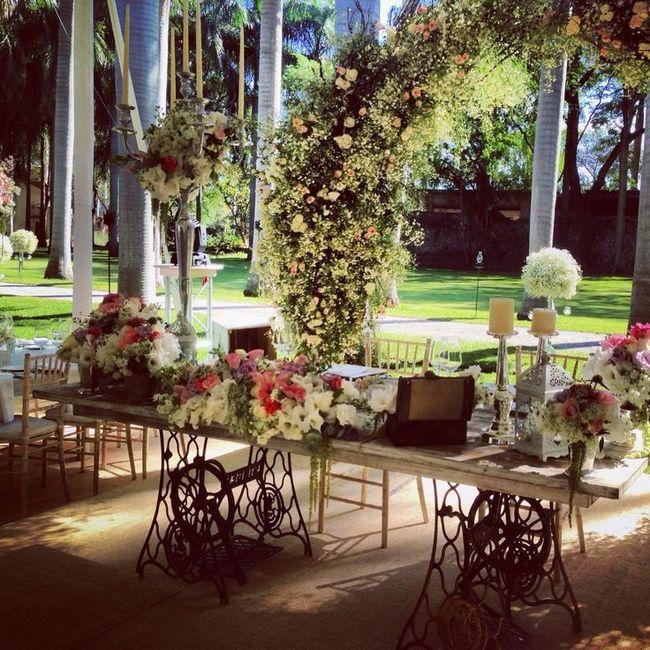 Ideas para como decorar la mesa de los novios para cada - Como decorar una mesa de jardin ...