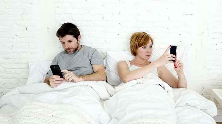 El celular acerca a los que están Lejos y Aleja a los que están cerca