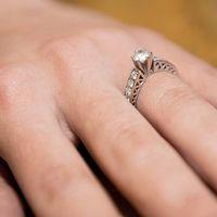 Un diamante se destaca en el anillo de compromiso que el hacker le entregó dentro de la cárcel. Quie