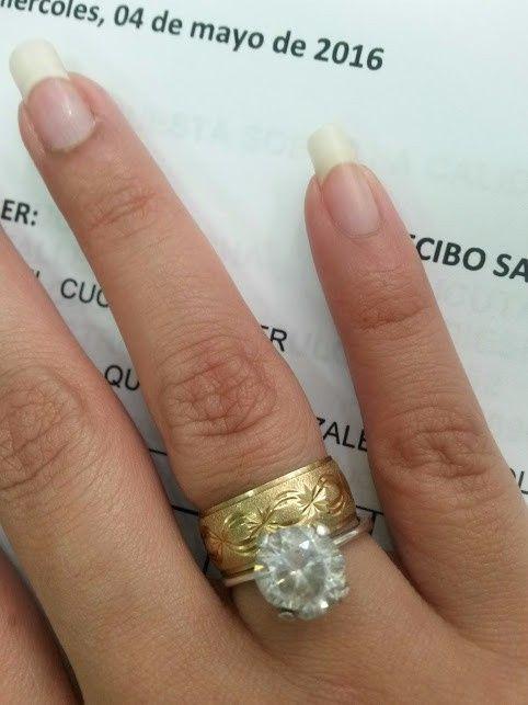 Yo llevo mi anillo de compromiso en la mano - Anillo de casado mano ...