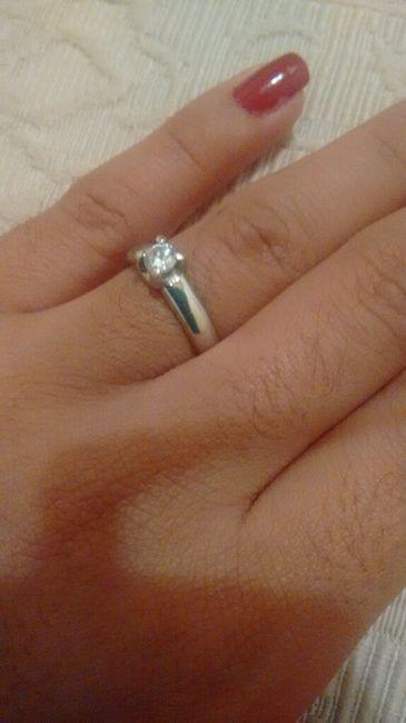 29a031b8deff En que mano va el anillo de compromiso después del matrimonio  - 1