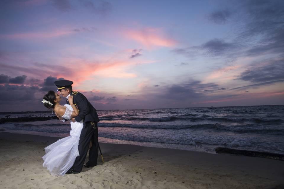 Novios, playa, boda