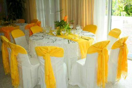 Mesas en amarillo